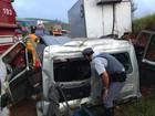 Colisão entre caminhões deixa vítimas nas ferragens em Itatinga, SP