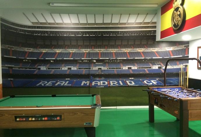 Papel de parede do bar tem a imagem de dentro do Santiago Bernabéu (Foto: Ivan Raupp)
