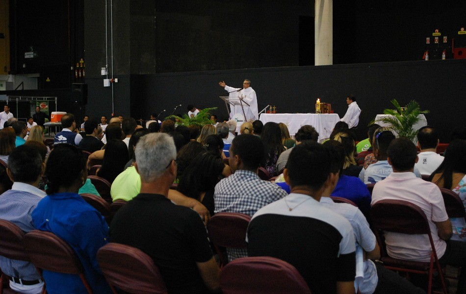 Funcionários do grupo Rede Amazônica participaram de missa (Foto: Katiúscia Monteiro/ Rede Amazônica)