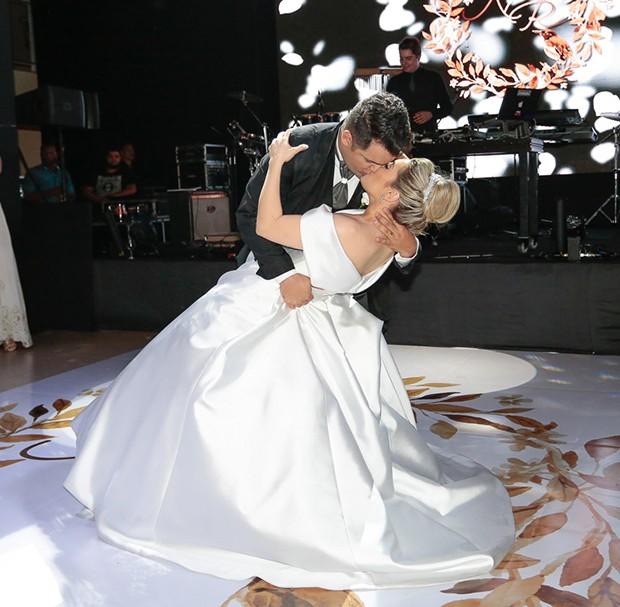 A valsa dos noivos Naiara Azevedo e Rafael Cabral (Foto: Rafael Cusato/Brazil News)