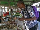Consumidores de Mogi negociam preço de produtos da ceia em feiras