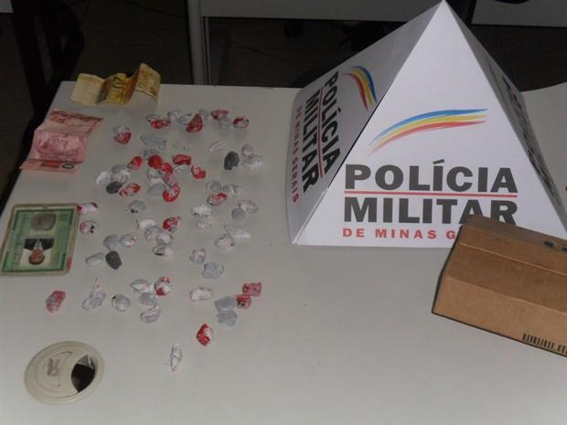 Droga estava dentro do guarda-roupas do jovem. (Foto: Cabo Rezende / P5 Polícia Militar)