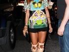 Rihanna usa sandália gladiadora de R$ 7 mil para jantar em Nova York