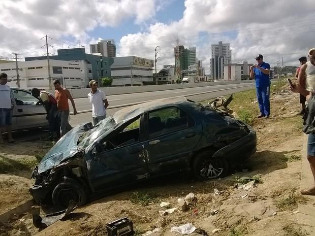 Veículo capotou no quilômetro 63 da rodovia federal. (Foto: Amanda Dantas/ TV Asa Branca)