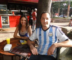 Marcelo Aria (Argentino) e Bruna Mendes (Brasileira), em um bar em Belo Horizonte. Ele veio para a partida no Mineirão (Foto: Tayrane Corrêa)