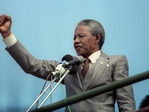 Nelson Mandela fala para uma multidão em um comício em Port Elizabeth, em fotografia de 1° de abril de 1990. (Foto: Juda Ngwenya/Reuters)