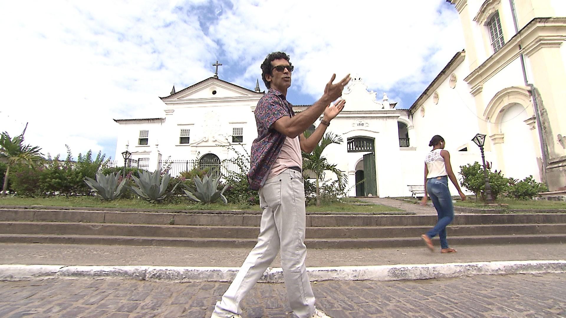 Apresentador Jackson Costa passeia pela cidade de Cachoeira, que sedia a Flica 2015 (Foto: Divulgação)