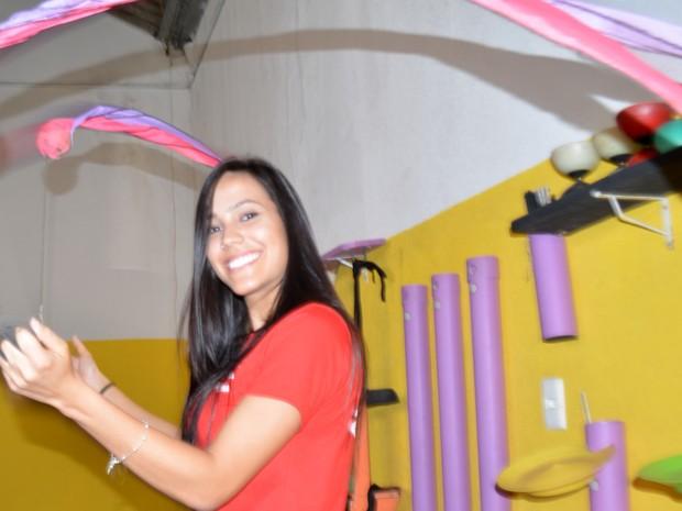 Thais Almeida é acrobata e professora da Escola de Circo Além da Lona (Foto: Arlete Moraes/ G1 Campinas)