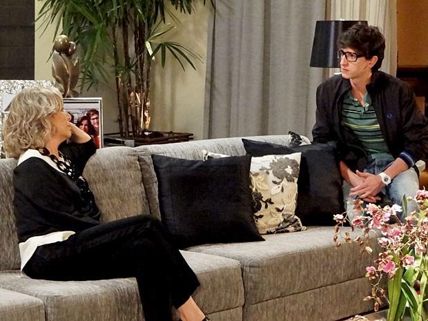 Charlô dá com a língua nos dentes e entrega a noite de Roberta com Nando (Foto: Guerra dos Sexos / TV Globo)