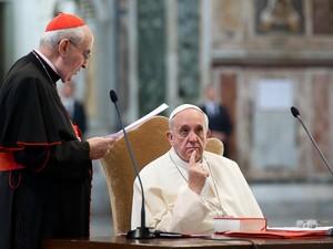 Foto divulgada pelo Vaticano mostra o papa Francisco durante um encontro com o Clero de Roma, na Casa Santa Marta. (Foto: Osservatore Romano/AFP)