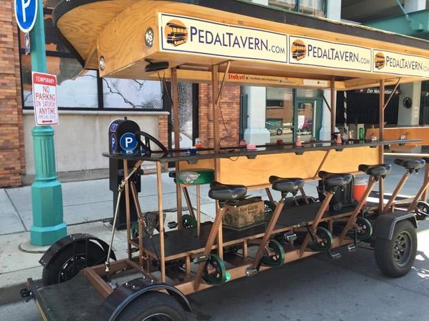 Atração em Minneapolis, o Pedal Pub divide opiniões (Foto: Reprodução/Facebook/I hate the Pedal Pub)