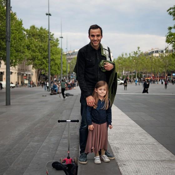 """O professor jean Maro Gillet,com a filha ,Preferiu Macron no segundo turno .""""Ele conseguiu assumir posições  verdadeiramente de centro diz ele (Foto: Jean-Robert DANTOU / Agence Vu'/ÉPOCA)"""