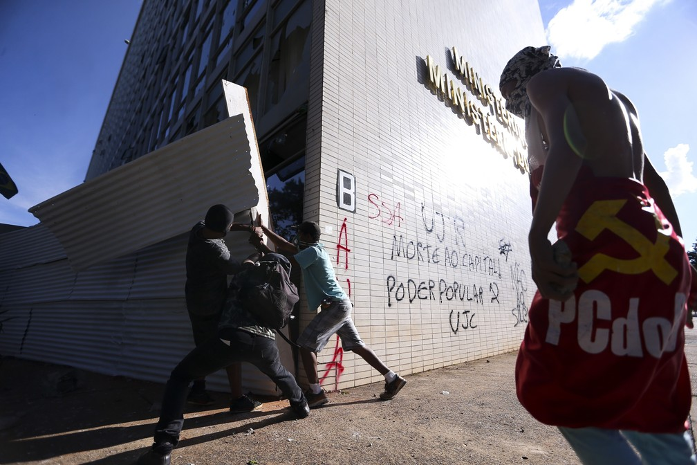 Manifestantes durante protesto contra o governo do presidente Michel Temer, em Brasília (Foto: Marcelo Camargo/Agência Brasil)