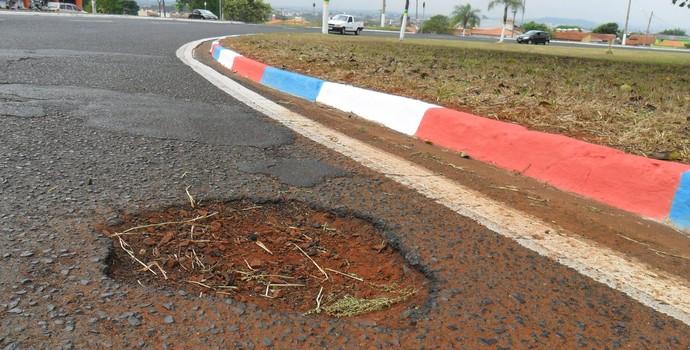 """Prefeitura dá boas vindas aos franceses, mas """"esquece"""" buraco (Foto: Divulgação/Ednei de Oliveira)"""
