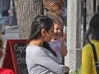 Mila Kunis exibe o barrigão de grávida com look despojado em Los Angeles