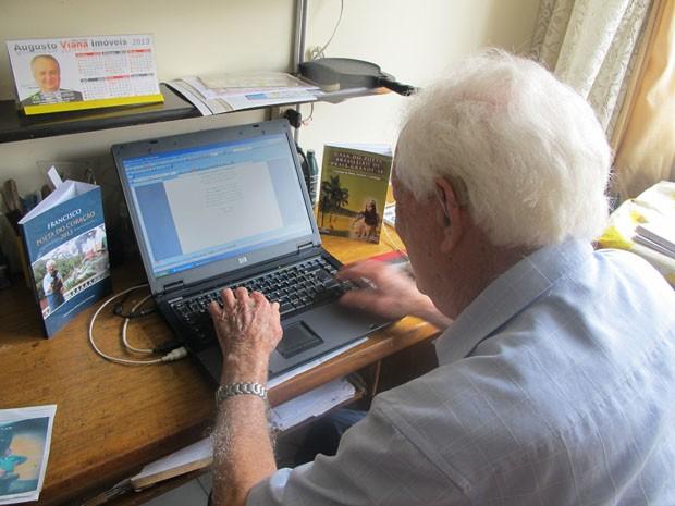 Francisco escreve as poesias no computador (Foto: Mariane Rossi/G1)