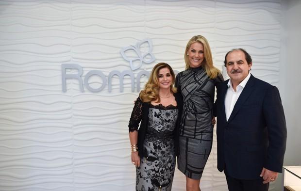 6c3e907e1fa55 Ana Hickmann brindou a inauguração da primeira loja da marca nos Estados  Unidos. (Foto  Divulgação). Antônio Carlos Martins,sócio-fundador da  Rommanel e ...