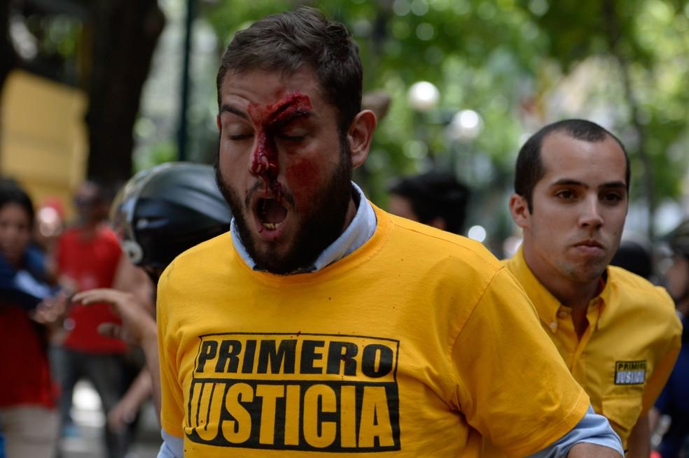 Deputado opositor Juan Requesens é ferido durante protesto nesta segunda-feira (3) em Caracas (Foto: FEDERICO PARRA / AFP)