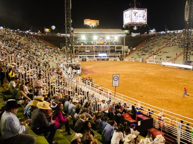Público começa a tomar Arena do Parque do Peão para as semifinais do rodeio internacional (Foto: Érico Andrade/G1)