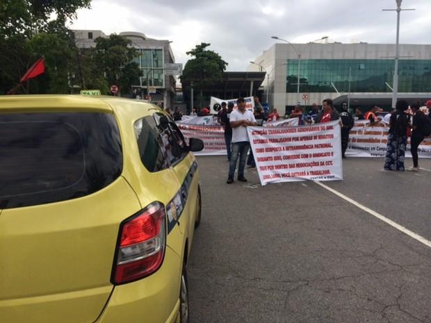 Mais de cem pessoas participavam da manifestação, segundo a PM (Foto: Janaína Carvalho/G1)