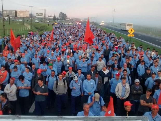 Metalúrgicos protestam e fecham trecho da BR-277 (Foto: Suelle Lima / Divulgação Simec)