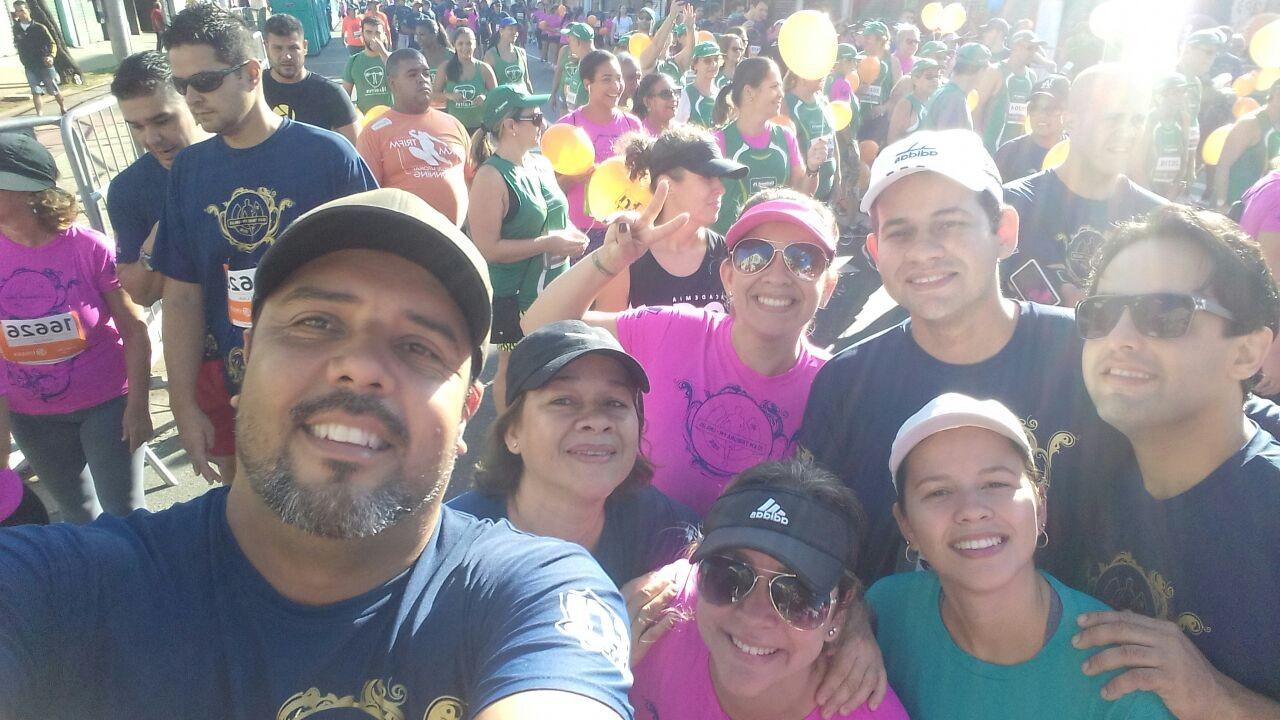 Camila Perez e família após completarem a prova de pedestrianismo (Foto: Arquivo Pessoal)