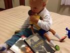 Filho de Neymar posa cercado de presentes que ganhou do pai