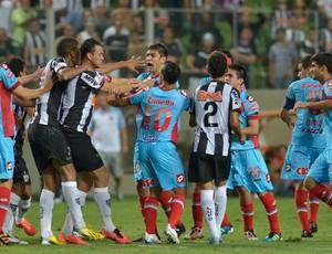 Confusão, Atlético-MG x Arsenal Srandi (Foto: AFP)