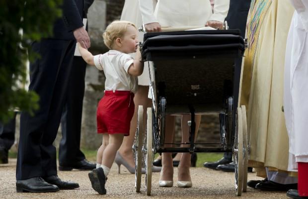 Príncipe George depois do batismo da irmã, Charlotte, em 2015 (Foto: Getty Images)