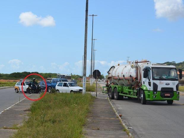 Ônibus e veículos oficiais também fazem a 'roubadinha' na rótula (Foto: Marina Fontenele/G1)