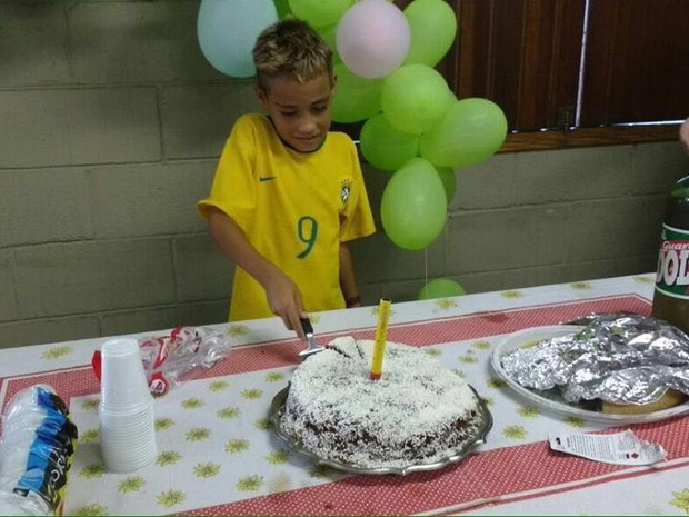 Menino corta bolo de aniversário em São Vicente, SP (Foto: Polícia Militar / Divulgação)