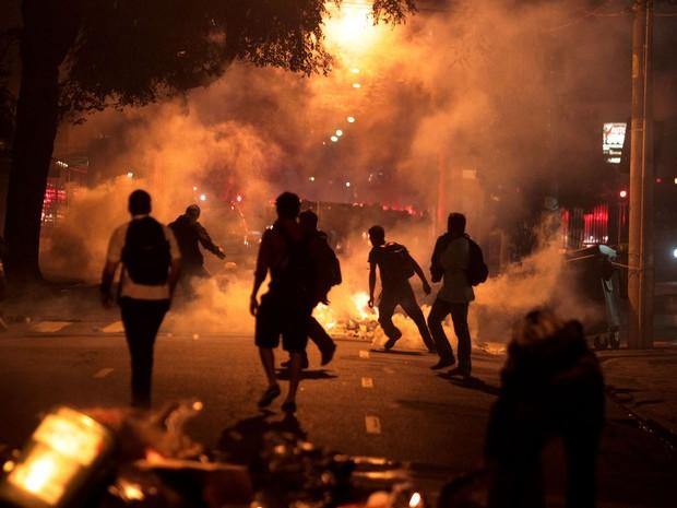 Manifestantes ateiam fogo em lixo pelas ruas durante confronto com a polícia. (Foto: Filipe Araújo/Estadão Conteúdo)