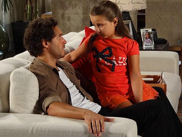 Ciça diz ao pai que não quer Juliana no lugar de sua mãe (Foto: Guerra dos Sexos / TV Globo)