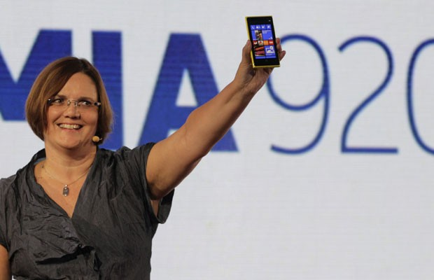Jo Harlow, vice-presidente da Nokia, mostra o novo Lumia 920 (Foto: Brendan McDermid/Reuters)