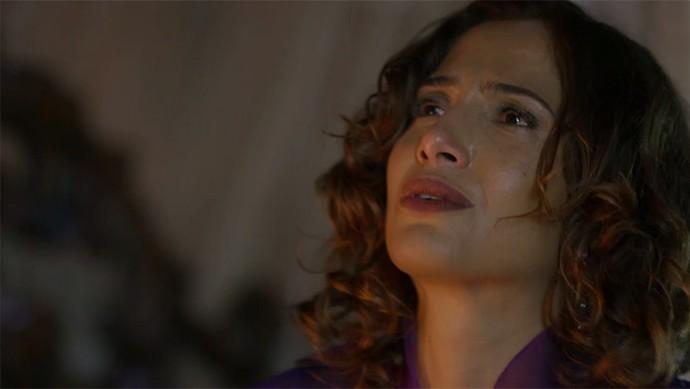 Tereza leva um susto ao ser flagrada aos prantos por Carlos Eduardo (Foto: TV Globo)