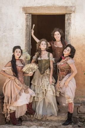 Virgínia ( Lilia Cabral ) com Mimi ( Yanna Lavigne ), Gironda ( Hanna Romanazzi ), Vidinha ( Yasmin Gomlevsky ) em 'Liberdade, liberdade' (Foto: Divulgação/Globo)