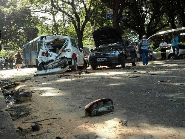 Ônibus do Move causou acidente na região hospitalar (Foto: Cristiano Martins / G1)