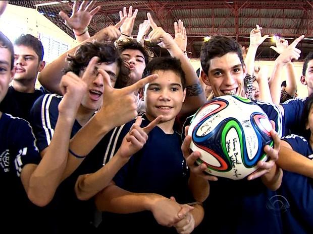No RS, deficientes visuais e auditivos driblam barreiras para torcer na Copa (Foto: Reprodução/RBS TV)