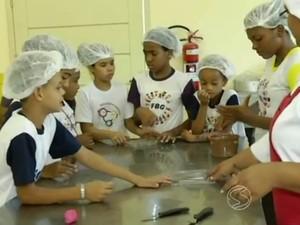 Alunos produzem ovos de Páscoa e pirulito (Foto: Reprodução/TV Rio Sul)