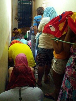 Presos estão sendo mantidos no corredor de delegacia em Macau, RN (Foto: Sinpol/Divulgação)