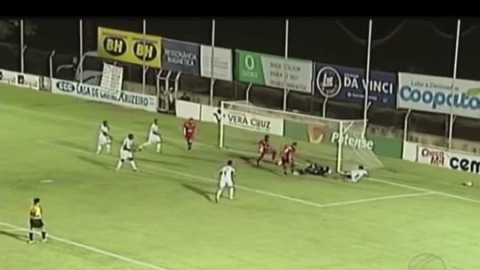 Atacante evita gol em cima da linha em MG... mas do próprio time; veja vídeo