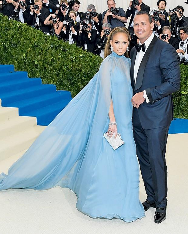 Jennifer Lopez, de Valentino, e o namorado, Alex Rodriguez, de Tom Ford  (Foto:  )