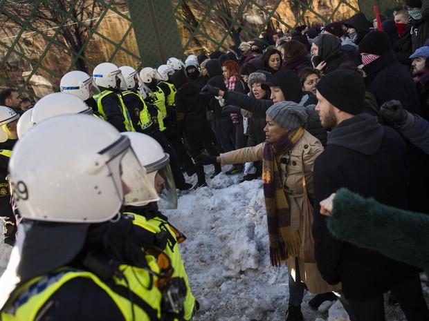 Grupo de manifestantes durante protesto neonazista que teve confronto com pessoas contrárias ao movimento (Foto: Jonathan Nackstrand/AFP)