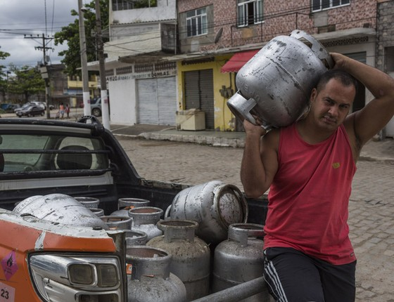 Alex do Gás com um dos seus carros de entrega. (Foto: Ana Carolina Fernandes)