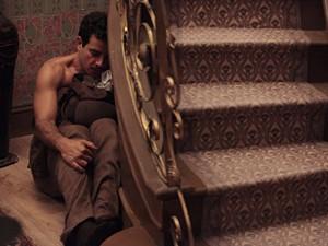 Josué se esconde debaixo da escada (Foto: Gabriela / TV Globo)