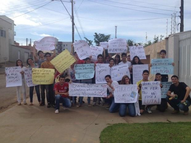 Alunos pedem volta das aulas na rede estadual, em Cacoal (Foto: Paula Casagrande/G1)