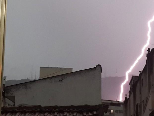 Morador de Vila Isabel registra sequência de raios (Foto: João Ricardo Romão / VC no G1)