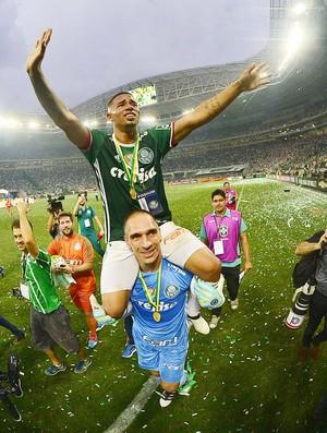 Gabriel Jesus é carregado nos ombros por Fernando Prass - Palmeiras (Foto: Marcos Ribolli)