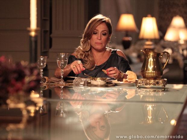 Pilar acaba em jantar indigesto (Foto: Amor à Vida/TV Globo)