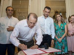 Tarso Genro sancionou a lei em ato no Palácio Piratini (Foto: Caroline Bicocchi/Palácio Piratini/Divulgação)